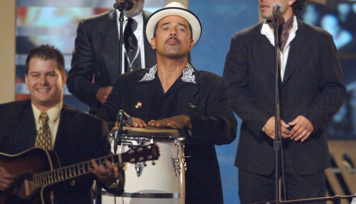 John Santos, centro, tocando