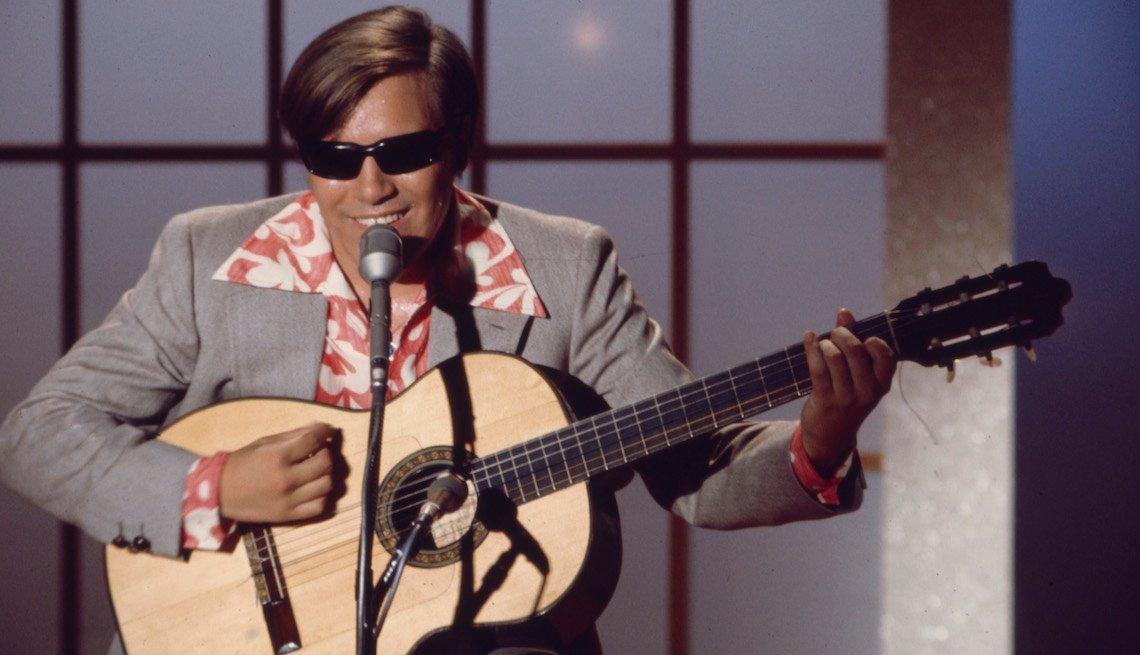 item 1, Gallery image. José Feliciano durante su presentación en 'The Engelbert Humperdinck Show' en 1969.