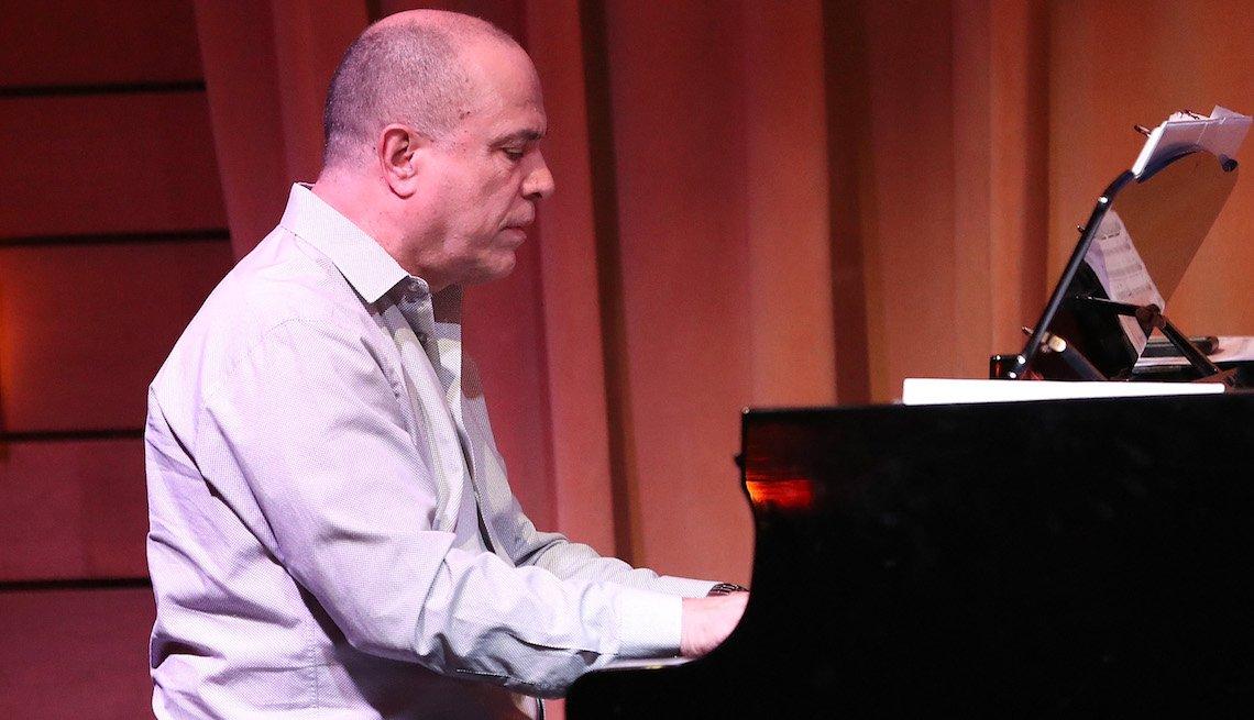 Oscar Hernández en una presentación en Los Ángeles, California 2017.