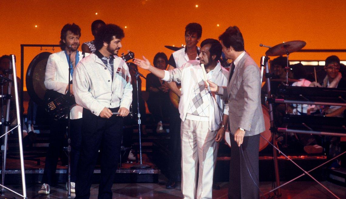 """item 3, Gallery image. Mendes y Dick Clark en el show de baile de ABC, """"American Bandstand"""", en 1984."""