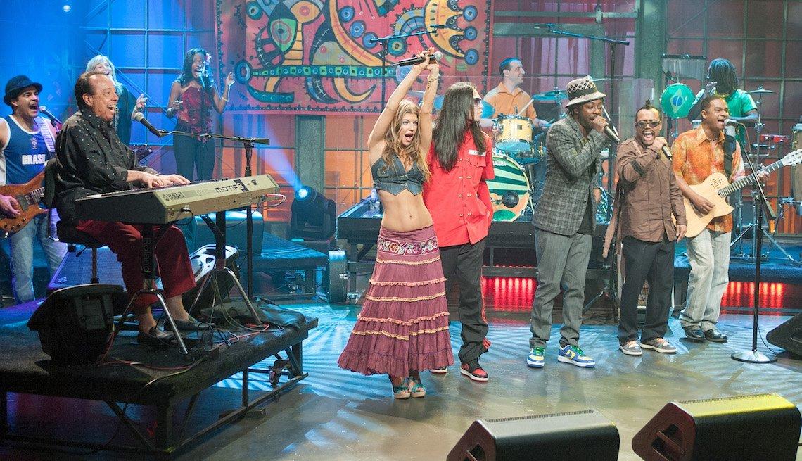 item 5, Gallery image. Mendes, Fergie, Taboo, Will.I.Am, y apl.de.ap durante el musical de Black Eyed Peas en el 2006.