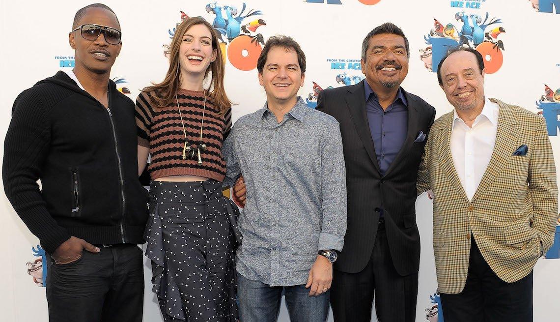 """item 6, Gallery image. Mendes con los actores Jamie Foxx y Anne Hathaway, el director Carlos Saldanha y el actor George Lopez en la presentación de la película """"Rio"""" en el 2011."""