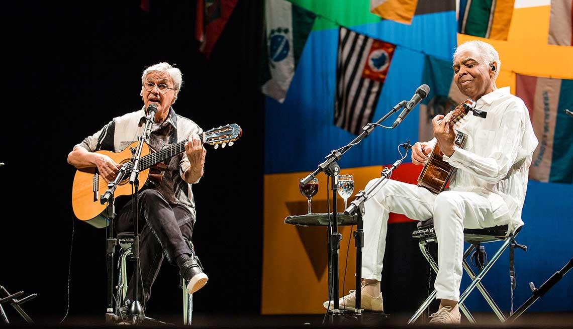 Caetano Veloso y Gilberto Gil en una presentación en el Citibank Hall, septiembre 16, 2016,  Sao Paulo, Brasil.