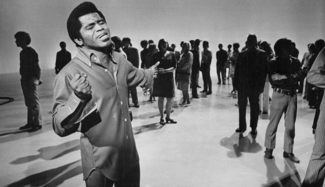 item 3 of Gallery image - James Brown en una grabación musical en 1969