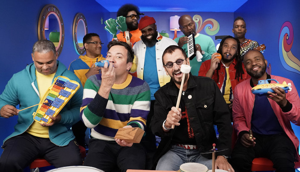 """item 15 of Gallery image - (Izq. a der.) Jimmy Fallon y Ringo Starr cantando """"Yellow Submarine Classroom Instruments"""" con The Roots, septiembre 24, 2019"""