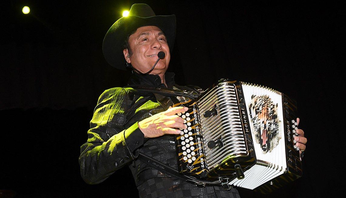 Jorge Hernández de Los Tigres del Norte tocando el acordeón, Las Vegas, 2016.