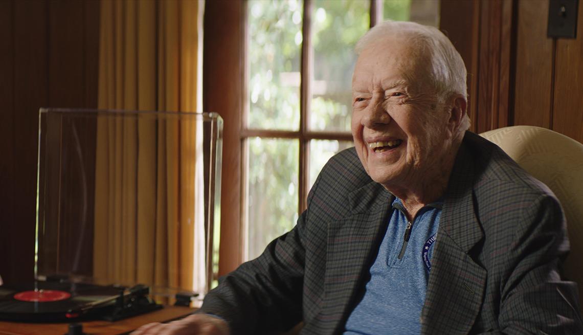 """Jimmy Carter, expresidente de EE.UU., sentado al lado de un tocadiscos durante una entrevista para el documental """"Jimmy Carter: Rock & Roll President"""", en Plains, Georgia."""