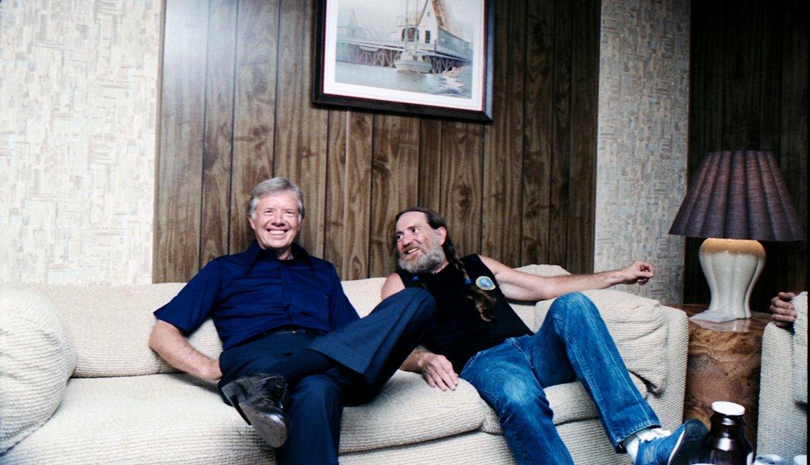 Jimmy Carter y Willie Nelson sentados juntos en el concierto de recaudación de fondos que presentó Nelson para la campaña de reelección de Carter el 13 de septiembre de 1980.