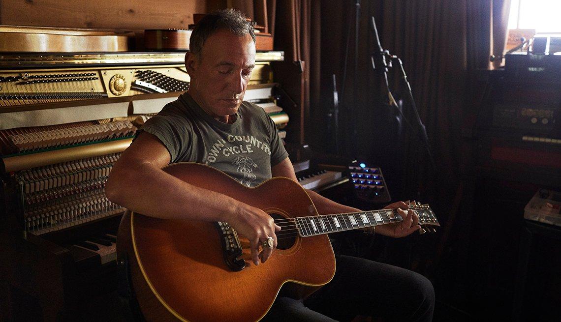 Bruce Springsteen tocando la guitarra en su casa.