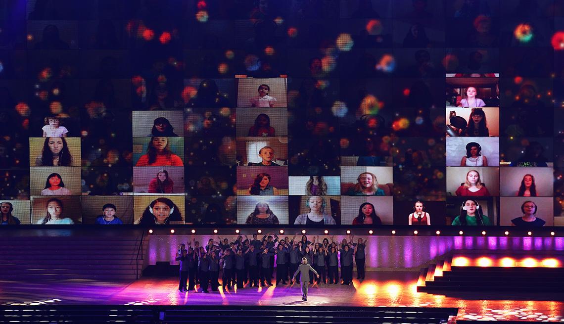 Eric Whitacre dirige el Coro Nacional de Jóvenes durante la ceremonia de apertura de los Juegos de la Commonwealth de Glasgow 2014.