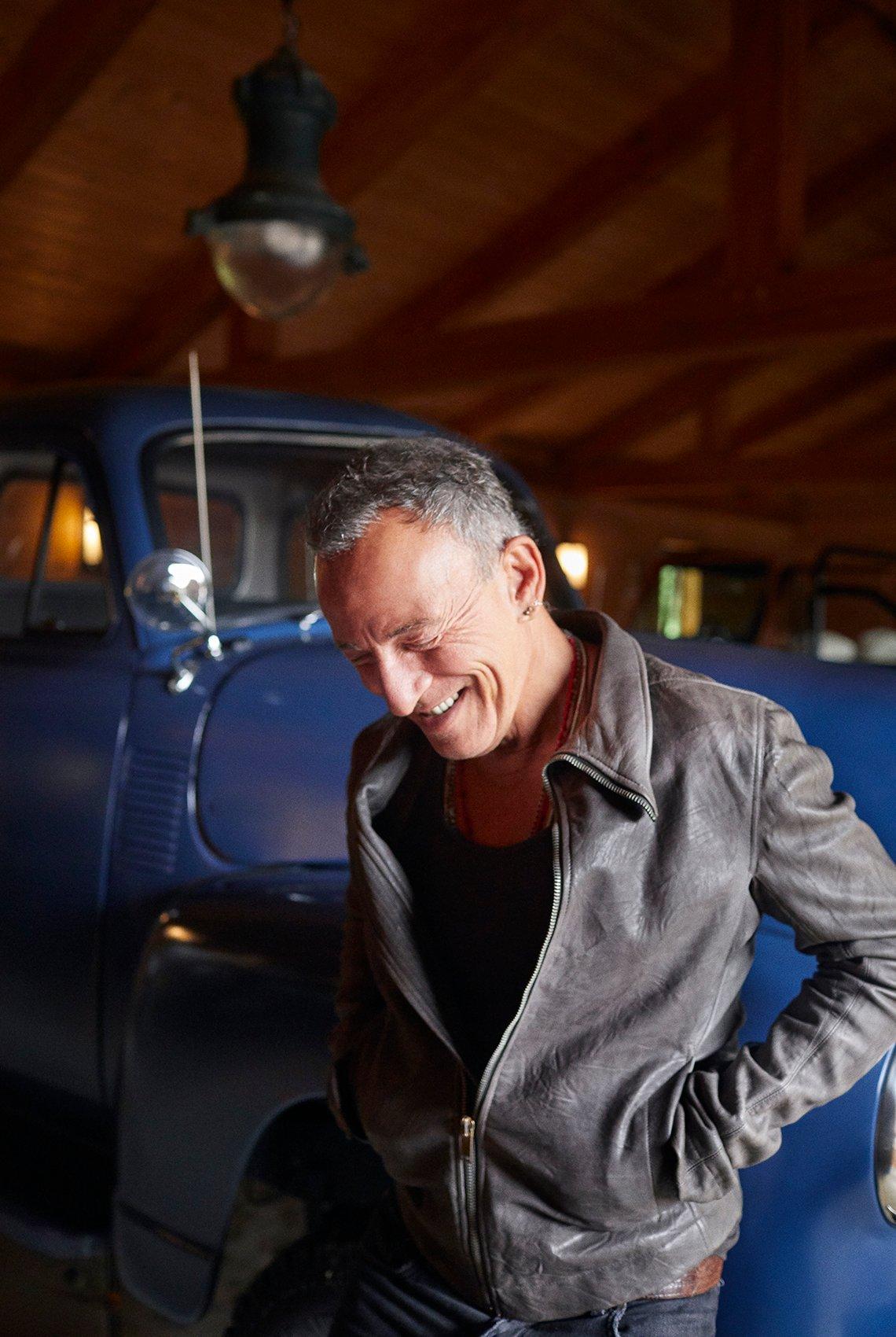 Bruce Springsteen posa en el garaje de su casa.