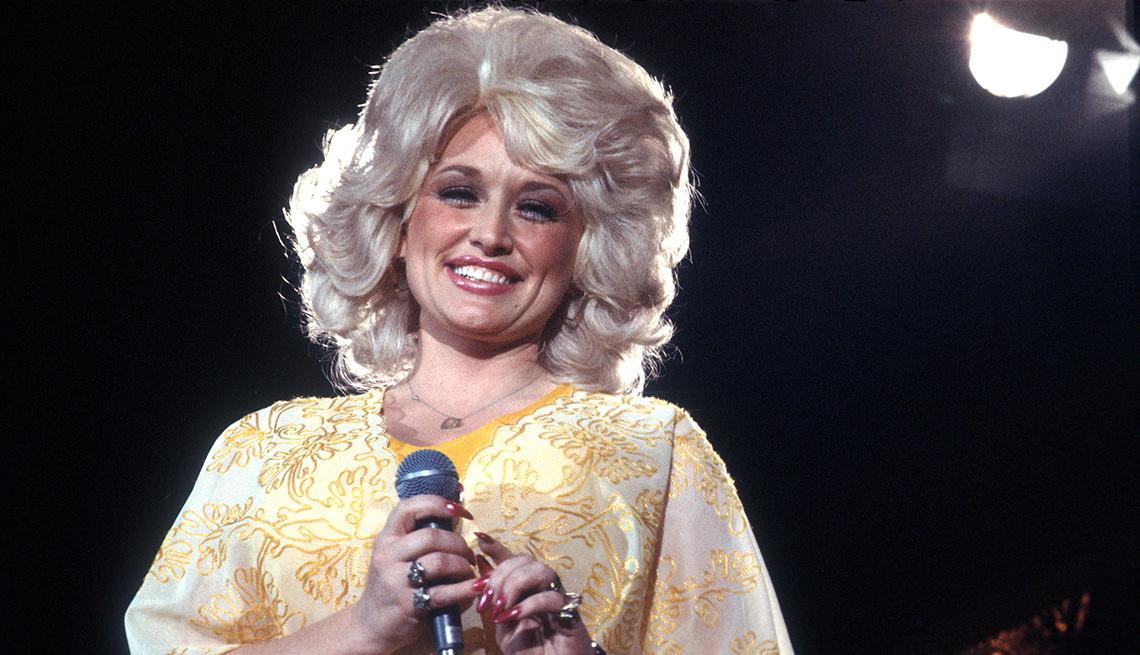 Dolly Parton canta en Los Angeles en 1975.