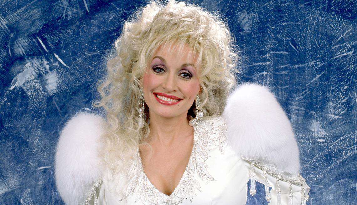 La cantante y compositora estadounidense Dolly Parton posa para un retrato de estudio en Lake Tahoe, California en 1992.