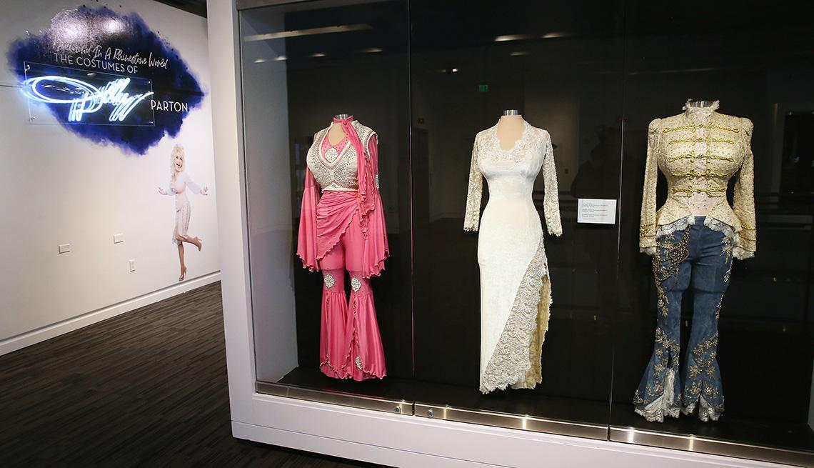 Algunos de los disfraces de Dolly Parton se exhibieron en el Museo GRAMMY el 4 de febrero de 2019 en Los Ángeles.
