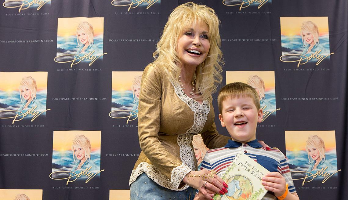 Dolly Parton presenta Dylan Manifold, 5, de Inglaterra, con el libro número un millón de la Imagination Library del Reino Unido el 9 de junio de 2014.