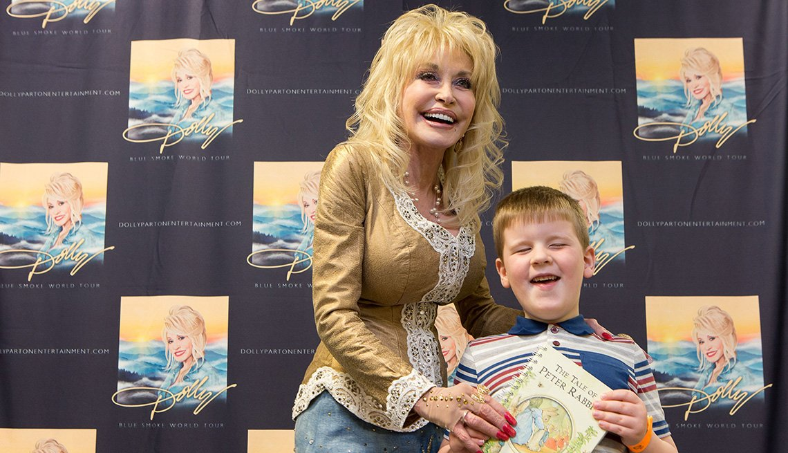 Dolly Parton present book to 5-year-old boy from the UK Imagination Library