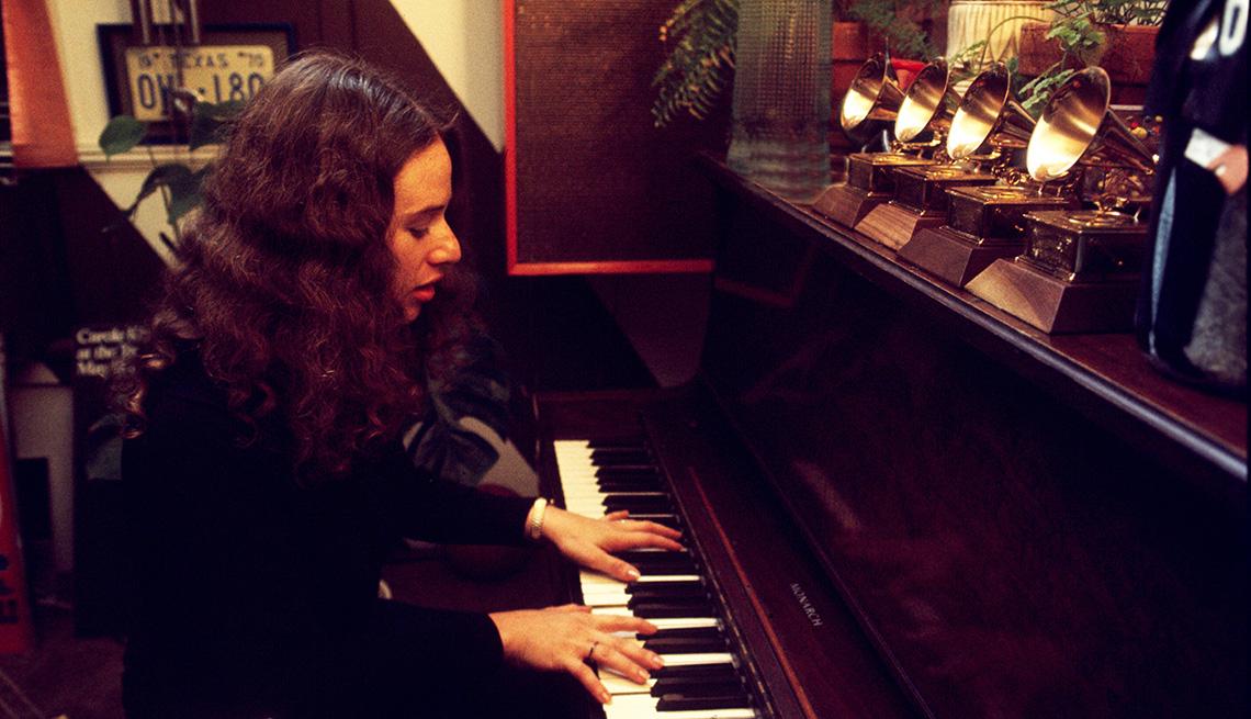 Carole King tocando el piano en la oficina del productor discográfico Lou Adler en marzo de 1971.