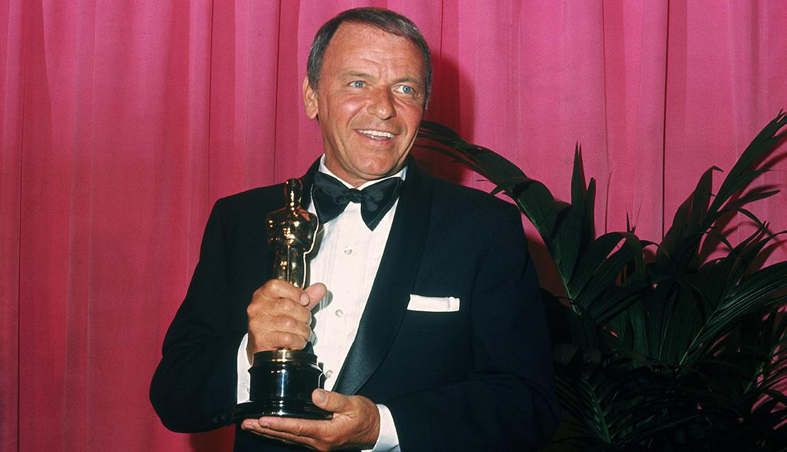 El cantante y actor estadounidense Frank Sinatra sostiene su Premio Humanitario Jean Hersholt en los Premios de la Academia.