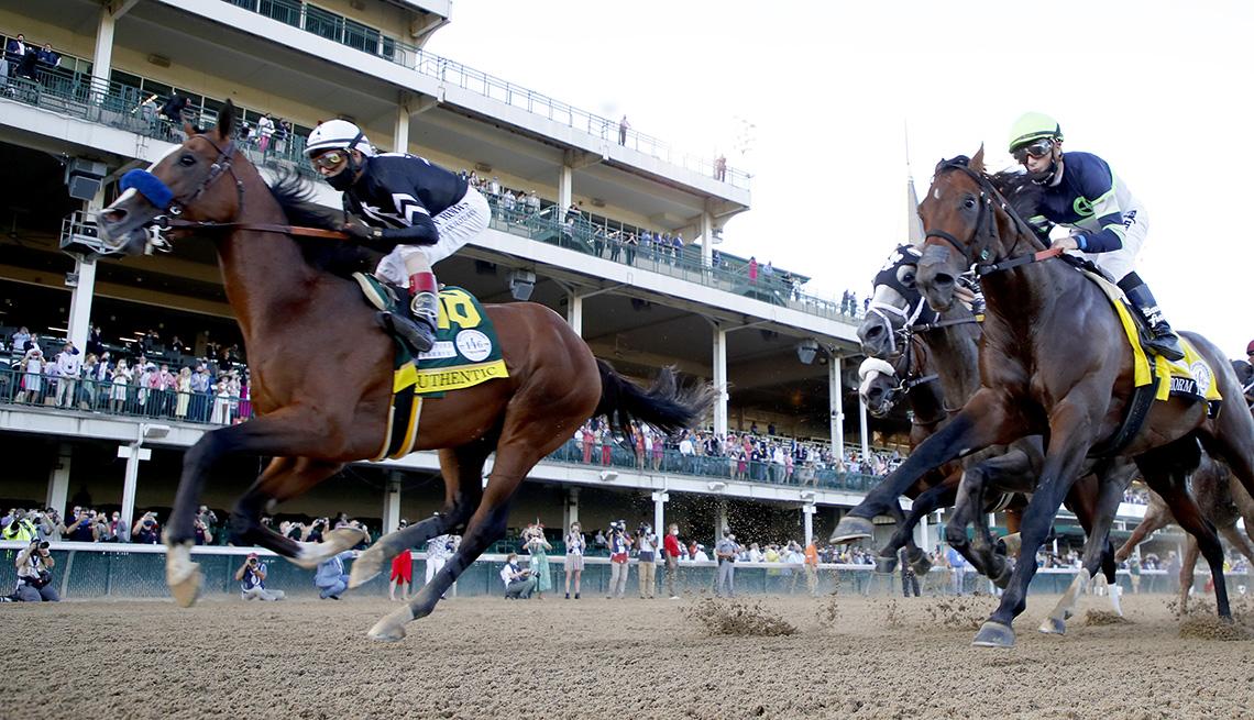 Carreras de caballos en la pista durante la 146a carrera del Derby de Kentucky en Churchill Downs.