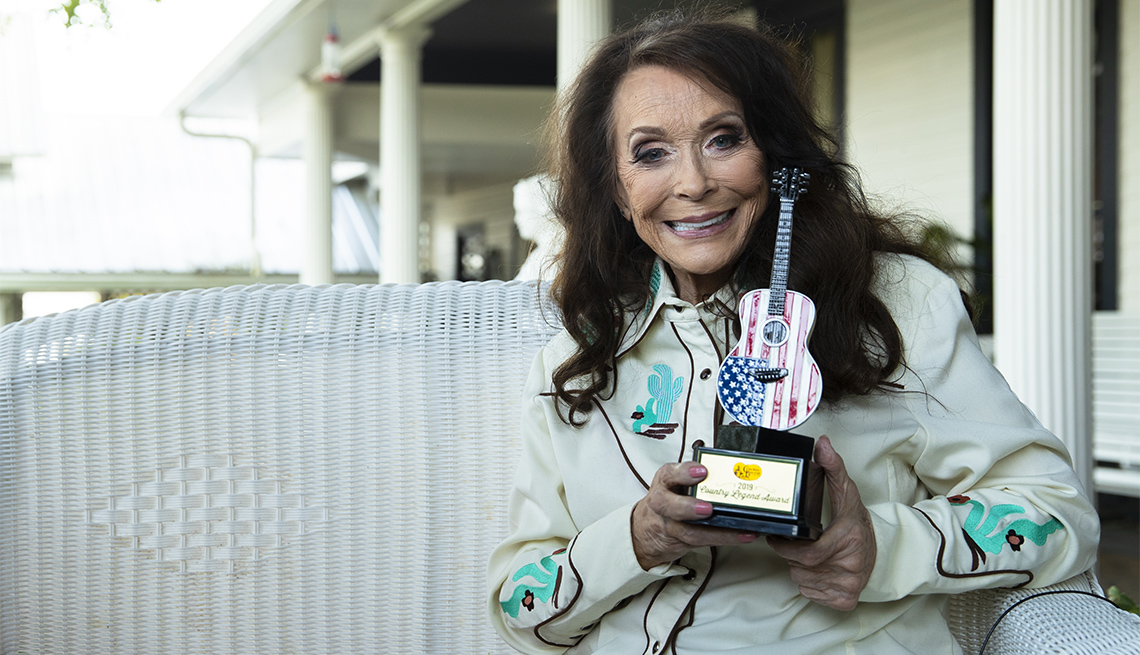 Loretta Lynn holding up her Cracker Barrels Country Legend Award on September 13, 2019