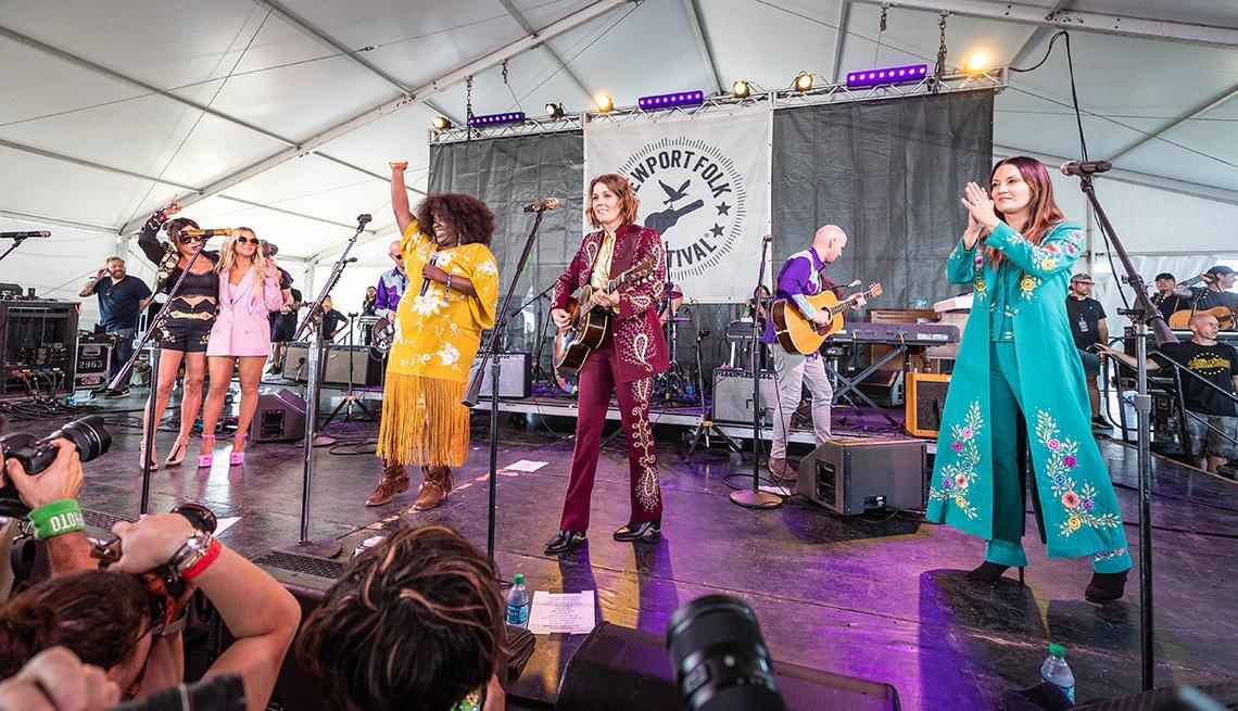 (De izquierda a derecha) Amanda Shires, Maren Morris, Yola, Brandi Carlile y Natalie Hemby de The Highwomen se presentan durante el 60o Festival Folclórico anual de Newport 2019 en Fort Adams State Park el 26 de julio de 2019 en Newport, Rhode Island.