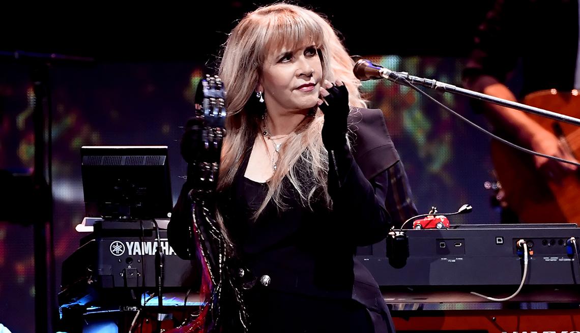 La cantante Stevie Nicks en el escenario.