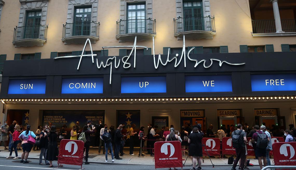 """Letreros para la producción de """"Pass Over"""" en Broadway en The August Wilson Theatre el 4 de agosto del 2021 en la ciudad de Nueva York."""