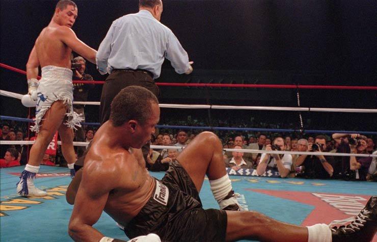 Héctor Camacho mira a Sugar Ray Leonard después de derribarlo en la pelea del Sábado, 1 de marzo de 1997, en Atlantic City, NJ, Recordando a Héctor Camacho