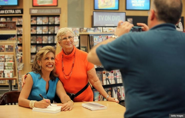 Hoda Kotb firma de libros en Barnes and Nobles