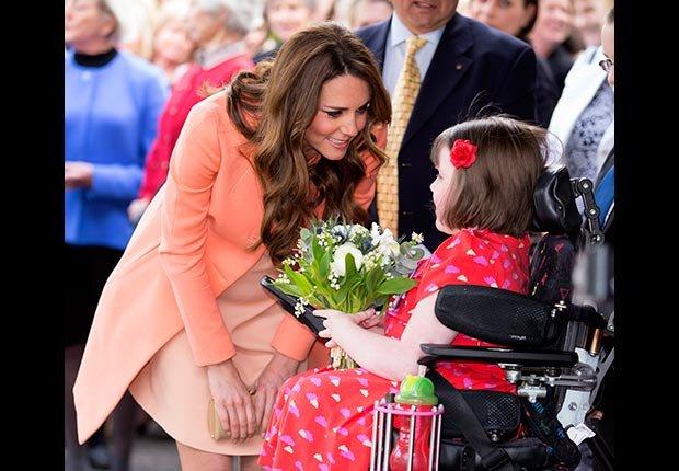La Duquesa de Cambridge, Catherine, se presenta con flores durante una visita al hospicio de niños Naomi House.