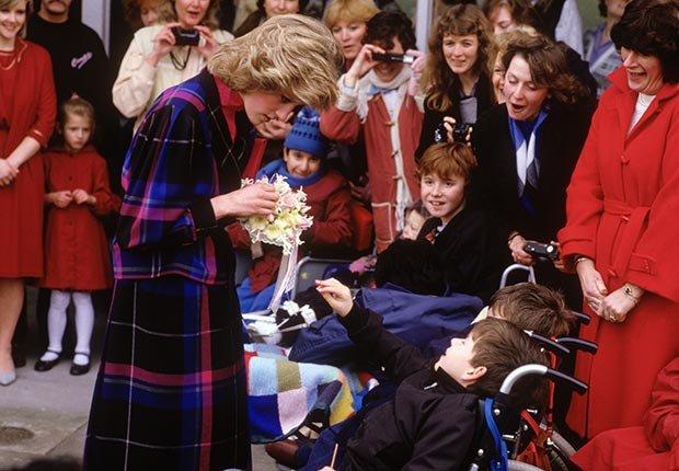 La princesa Diana visita a unos niños en la Villa de Barnado en Barkingside, febrero de 1985.