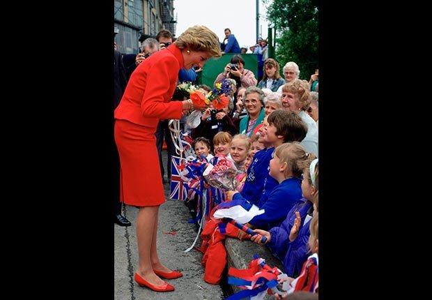 Princesa Diana habla a la multitud durante una visita real en 1990.