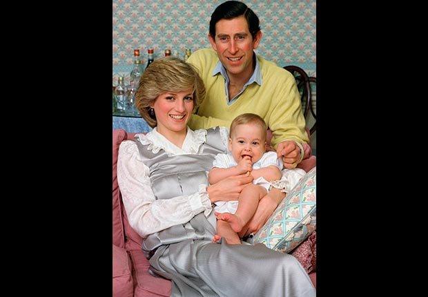 La princesa Diana y el príncipe de Gales con su hijo William, en su casa del palacio de Kensington.