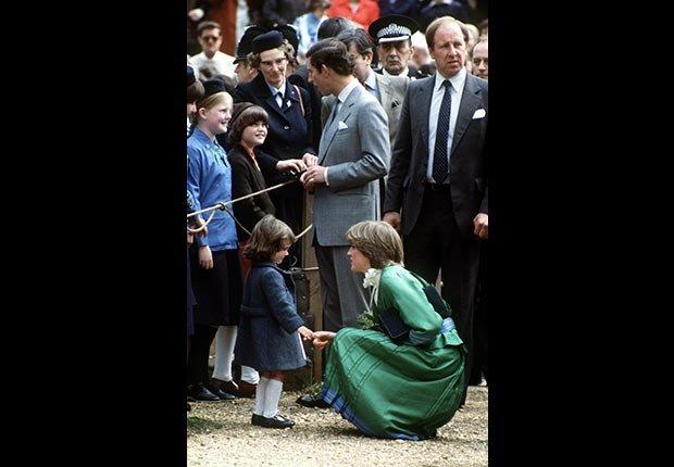 La señorita Diana Spencer habla con una niña durante una visita a Broadlands con compañía del príncipe Carlos días después de anunciar su compromiso.