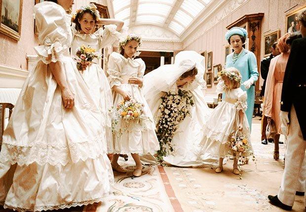La Princesa Diana es fotografíada el día de su boda con la reina Isabel II y sus damas de honor el 19 de julio de 1981.