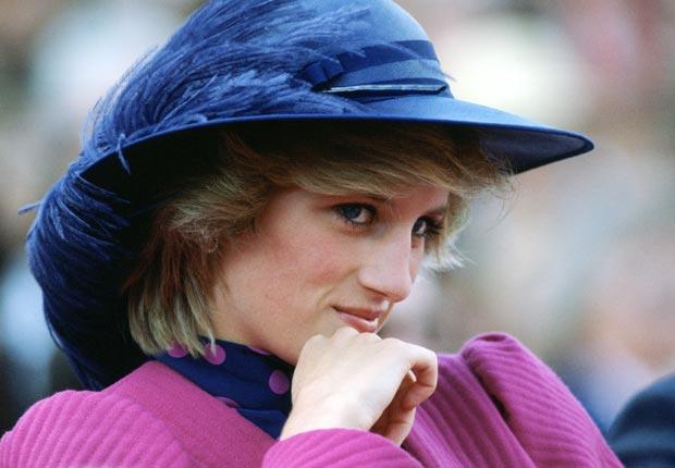 Princesa Diana con un sombrero de pluma azul