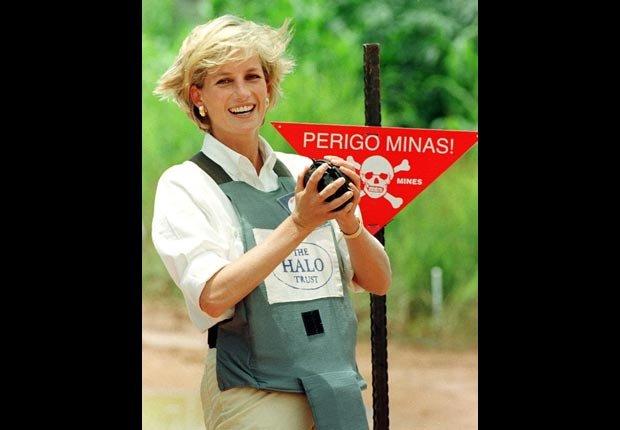 Princesa Diana trabajó en Angola con la Cruz Roja para ayudar a las víctimas de minas terrestres.