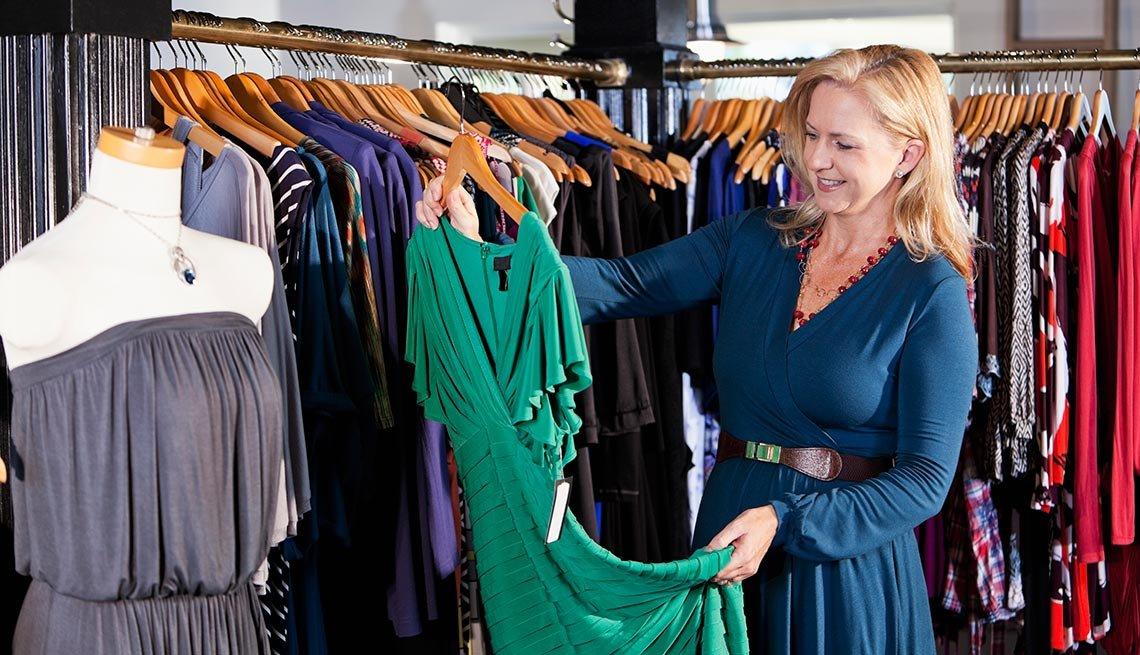Mujer comprando ropa en una tienda para las mujeres mayores de 50