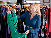 Mujer comprando ropa - 10 consejos imprescindibles para comprar ropa con estilo