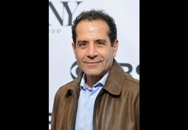 Tony Shalhoub cumple 60 años en Octubre. Estrellas que cumplen en Octubre