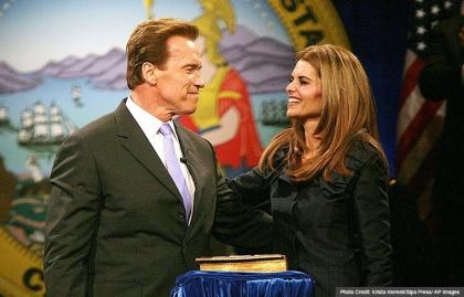 El gobernador de California, Arnold Schwarzenegger, con la esposa Maria Shriver, juramentado para su segundo mandato durante una ceremonia de inauguración en Sacramento.