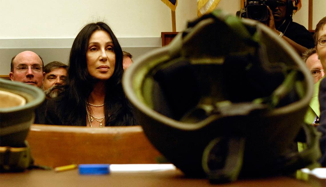 item 12 of Gallery image - Cher - Famosos y humanitarios