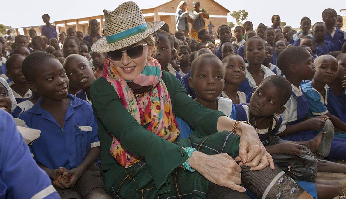 item 8 of Gallery image - Madonna - Famosos y humanitarios