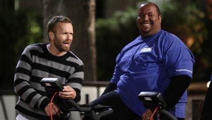 El entrenador Bob Harper y el participante Michael Dorsey del programa The Biggest Loser de NBC.