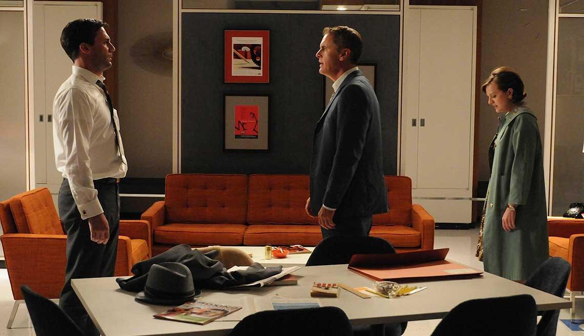 Jon Hamm, Mark Moses, y Elisabeth Moss en una escena de Man Men.