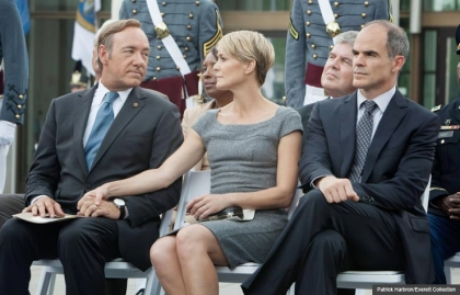 Robin Wright, Kevin Spacey and Michael Kelly en House of Cards.