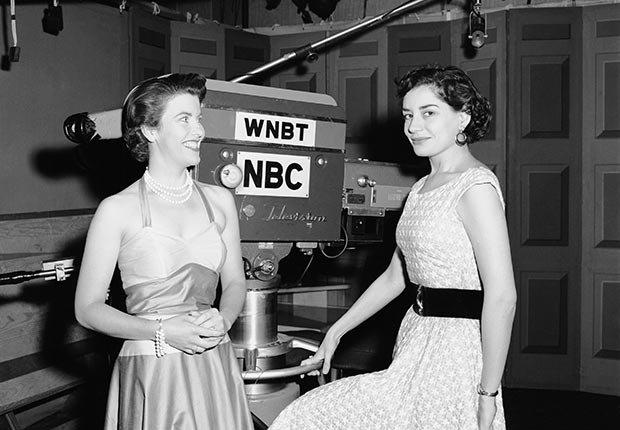 la productora Barbara Walters (derecha) del programa Ask the Camera