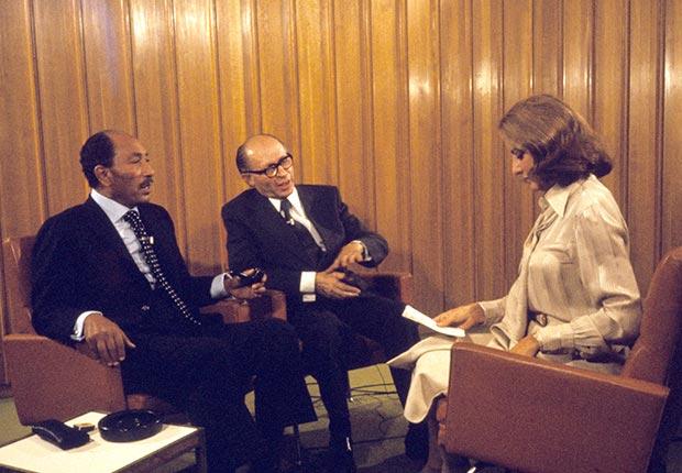 Barbara Walters arregló una entrevista conjunta con el presidente de Egipto Anwar Sadat y el primer ministro Menachem Begin de Israel en noviembre de 1977.