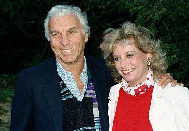 Barbara Walters se muestra junto a su esposo, Merv Adelson, en 1986