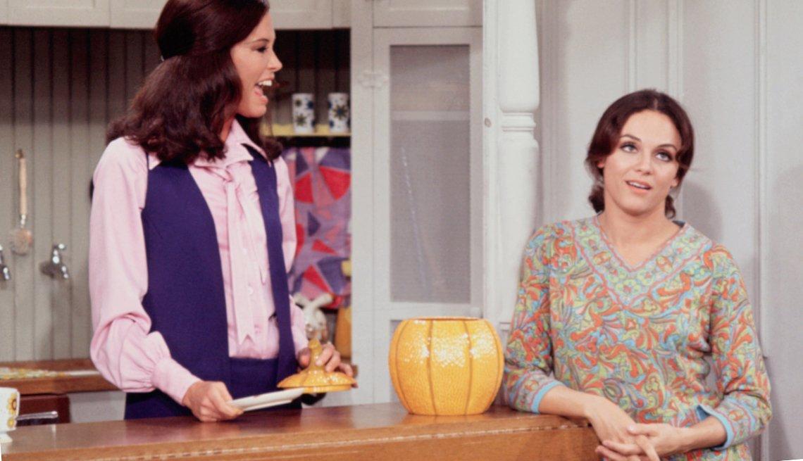 Mary Tyler Moore y Valerie Harper conversando